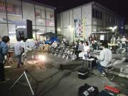 仮設商店に囲まれたライブ会場。なかなか良い雰囲気♪